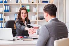 Η επιχειρησιακή συνεδρίαση μεταξύ του επιχειρηματία και της επιχειρηματία Στοκ φωτογραφίες με δικαίωμα ελεύθερης χρήσης