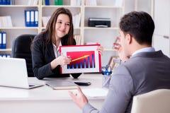 Η επιχειρησιακή συνεδρίαση μεταξύ του επιχειρηματία και της επιχειρηματία Στοκ Φωτογραφία