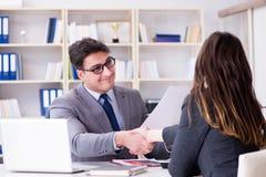 Η επιχειρησιακή συνεδρίαση μεταξύ του επιχειρηματία και της επιχειρηματία Στοκ Φωτογραφίες