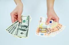 Η επιλογή μεταξύ των χρημάτων ευρώ και δολαρίων Στοκ φωτογραφία με δικαίωμα ελεύθερης χρήσης