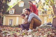 Η εποχή φθινοπώρου είναι διασκέδαση για το παιχνίδι οικογένεια ευτυχής Στοκ φωτογραφία με δικαίωμα ελεύθερης χρήσης