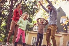 Η εποχή φθινοπώρου είναι μεγάλη για να παίξει έξω Οικογενειακός χρόνος Στοκ Εικόνες