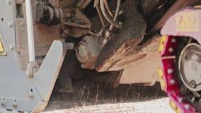 Η λεπτές άμμος και οι πέτρες συσσώρευσαν στο έδαφος της εμφανιμένος μηχανής ασφάλτου μια ηλιόλουστη ημέρα απόθεμα βίντεο