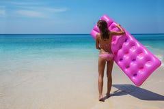 Η λεπτή γυναίκα brunette κάνει ηλιοθεραπεία με ένα στρώμα αέρα στοκ φωτογραφία με δικαίωμα ελεύθερης χρήσης