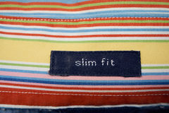 Η λεπτή κατάλληλη ετικέτα στο α επανδρώνει το πουκάμισο στοκ φωτογραφία με δικαίωμα ελεύθερης χρήσης