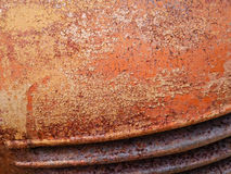 Η λεπτομέρεια και κλείνει επάνω της σκουριάς στο μέταλλο αυτοκινήτων με το ράγισμα, την παρουσία σκουριάς και τη διάβρωση, όμορφο στοκ φωτογραφία με δικαίωμα ελεύθερης χρήσης