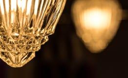 Η λεπτομέρεια μιας κάλυψης γυαλιού ύφους κρυστάλλου που εξωραΐζει μια κρεμώντας σύνδεση αλυσίδων, swag ορίζει το λαμπτήρα στοκ φωτογραφία