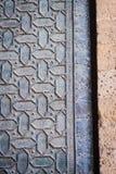 Η λεπτομέρεια της πόρτας Santa Catalina, που σχεδιάζεται με τις εξαγωνικές μορφές στο χαλκό, εισάγει το προαύλιο των πορτοκαλιών  Στοκ Εικόνα