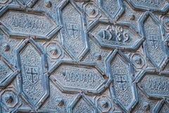 Η λεπτομέρεια της πόρτας Santa Catalina, που σχεδιάζεται με τις εξαγωνικές μορφές στο χαλκό, εισάγει το προαύλιο των πορτοκαλιών  Στοκ εικόνες με δικαίωμα ελεύθερης χρήσης