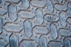 Η λεπτομέρεια της πόρτας Santa Catalina, που σχεδιάζεται με τις εξαγωνικές μορφές στο χαλκό, εισάγει το προαύλιο των πορτοκαλιών  Στοκ Φωτογραφία