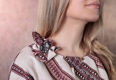 Η λεπτομέρεια του φορέματος με την παραδοσιακή διακόσμηση Στοκ Φωτογραφίες
