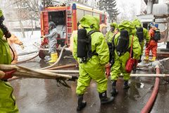 Η επόμενη ομάδα διάσωσης με ένα φορείο πηγαίνει σε μια ζώνη μόλυνσης για την εκκένωση των θυμάτων στοκ εικόνες