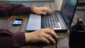 Η εργασία ατόμων για ένα lap-top, χρησιμοποιεί ένα ποντίκι και ένα πληκτρολόγιο lap-top απόθεμα βίντεο