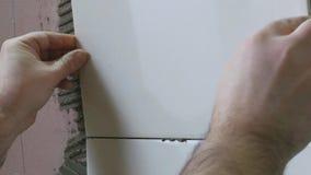 Η εργασία βάζει τα κεραμίδια απόθεμα βίντεο