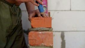 Η εργασία βάζει τα τούβλα σε ένα εργοτάξιο οικοδομής απόθεμα βίντεο