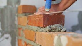 Η εργασία βάζει τα τούβλα σε ένα εργοτάξιο οικοδομής φιλμ μικρού μήκους