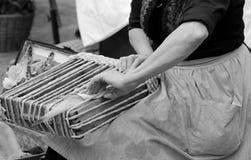 Η εργασία γυναικών με τα χέρια της δημιουργεί μια χειροποίητη τσάντα στοκ εικόνες με δικαίωμα ελεύθερης χρήσης