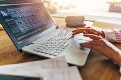 Η εργασία γυναικών στο Υπουργείο Εσωτερικών, κλείνει επάνω των χεριών στο πληκτρολόγιο Δακτυλογράφηση επιχειρηματιών στο lap-top  στοκ εικόνες