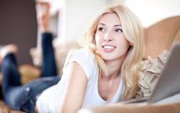 η εργασία γυναικών lap-top της Στοκ φωτογραφία με δικαίωμα ελεύθερης χρήσης