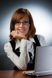η εργασία γυναικών lap-top της Στοκ εικόνα με δικαίωμα ελεύθερης χρήσης