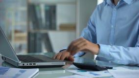 Η εργασία διευθυντών γραφείων στις πωλήσεις επιχείρησης υποβάλλει έκθεση, δακτυλογραφώντας τα στοιχεία όσον αφορά το lap-top, πρό φιλμ μικρού μήκους