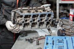 Η εργασία ενός μηχανικού Αποσυνθέστε το όχημα φραγμών μηχανών Κύρια επισκευή μηχανών Βαλβίδα δέκα έξι και τεσσάρων κυλίνδρων car στοκ εικόνες