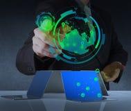 Η εργασία επιχειρηματιών με το νέο σύγχρονο υπολογιστή παρουσιάζει  Στοκ Εικόνες