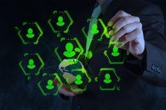 Η εργασία επιχειρηματιών με το νέο σύγχρονο υπολογιστή παρουσιάζει κοινωνικό δίκτυο Στοκ φωτογραφία με δικαίωμα ελεύθερης χρήσης