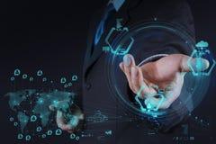 Η εργασία επιχειρηματιών με το νέο σύγχρονο υπολογιστή παρουσιάζει κοινωνικό δίκτυο Στοκ εικόνες με δικαίωμα ελεύθερης χρήσης