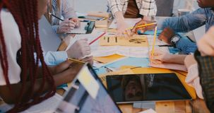Η εργασία επιχειρηματιών Multiethnic μαζί, θηλυκή ομιλία ηγετών βλέπει στην αντανάκλαση οθόνης ταμπλετών Υγιής εργασιακός χώρος φιλμ μικρού μήκους