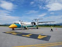 Η εργασία εργαζομένων πληρώματος προετοιμάζει το αεροπλάνο και τα εργαλεία για την απογείωση αεροσκαφών στοκ φωτογραφία με δικαίωμα ελεύθερης χρήσης
