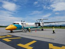 Η εργασία εργαζομένων πληρώματος προετοιμάζει το αεροπλάνο και τα εργαλεία για την απογείωση αεροσκαφών στοκ εικόνα με δικαίωμα ελεύθερης χρήσης