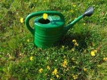 Η εργασία κήπων/το πότισμα μπορεί στη χλόη Στοκ εικόνες με δικαίωμα ελεύθερης χρήσης