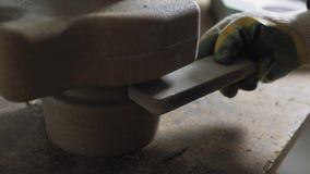 Η εργασία καθαρίζει το μύλο γωνίας ενώσεων στα κενά μερών μετάλλων φιλμ μικρού μήκους