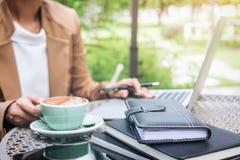 Η εργασία και χαλαρώνει, η γυναίκα freelancer εργάζεται στο lap-top υπολογιστών, Στοκ Φωτογραφία
