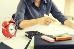 η εργασία κοριτσιών μαθαίνει στον πίνακα είναι ή περιμένει το δάσκαλο Στοκ Φωτογραφίες