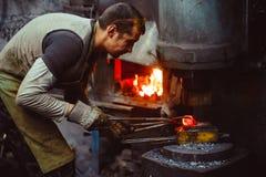Η εργασία σιδηρουργών σφυρηλατεί Στοκ εικόνες με δικαίωμα ελεύθερης χρήσης