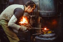 Η εργασία σιδηρουργών σφυρηλατεί Στοκ Φωτογραφίες