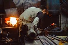 Η εργασία σιδηρουργών σφυρηλατεί Στοκ φωτογραφία με δικαίωμα ελεύθερης χρήσης