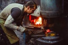 Η εργασία σιδηρουργών σφυρηλατεί Στοκ Εικόνες
