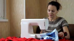 Η εργασία της ράβοντας μηχανής φιλμ μικρού μήκους