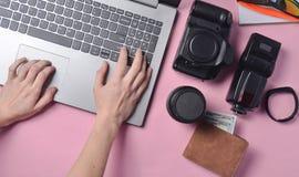 Η εργασία του φωτογράφου, φωτογραφιών Φωτογραφικός εξοπλισμός, θηλυκά χέρια που δακτυλογραφεί στο πληκτρολόγιο lap-top στοκ φωτογραφία με δικαίωμα ελεύθερης χρήσης