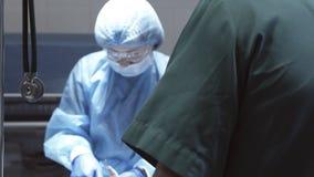 Η εργασία του χειρούργου στο λειτουργούν δωμάτιο φιλμ μικρού μήκους