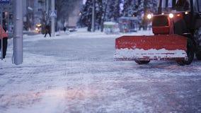 Η εργασία των κοινοτικών υπηρεσιών το χειμώνα Οι άνθρωποι και τα μηχανήματα καθαρίζουν το χιόνι από την πόλη φιλμ μικρού μήκους