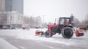 Η εργασία των κοινοτικών υπηρεσιών το χειμώνα Οι άνθρωποι και τα μηχανήματα καθαρίζουν το χιόνι από την πόλη απόθεμα βίντεο