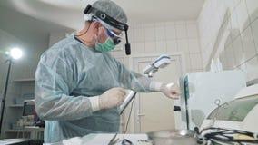 Η εργασία χειρούργων στο νοσοκομείο απολυμαίνει τα ιατρικά όργανα πριν από τη λειτουργία Γιατρός στα γυαλιά, επαγγελματικά φιλμ μικρού μήκους
