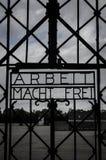 Η εργασία frei Arbeit macht σας θέτει το ελεύθερο σημάδι στην πύλη στρατοπέδων συγκέντρωσης Dachau Ναζί στοκ φωτογραφίες