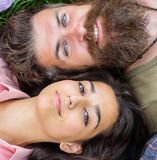 Η ερωτευμένη χαλάρωση ζεύγους βάζει στενό σε επάνω λιβαδιών Το γενειοφόρα άτομο και το κορίτσι Hipster που ευτυχής ξένοιαστος απο στοκ εικόνες με δικαίωμα ελεύθερης χρήσης