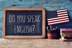 Η ερώτηση εσείς μιλά τα αγγλικά; σε έναν πίνακα κιμωλίας Στοκ Εικόνες