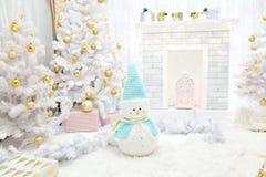 Η εστία και το χριστουγεννιάτικο δέντρο με παρουσιάζουν στο καθιστικό στοκ εικόνες